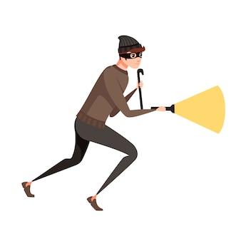 バールと明るい懐中電灯の漫画のキャラクターデザインフラットベクトルイラストで強盗中に泥棒を実行します。