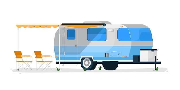 Rv 트레일러. 캐노피와 캠핑 의자가있는 캠핑카 이동 주택. 여행 및 휴가 용 rv 트레일러 차량