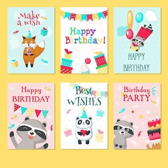 かわいい動物のパンダ、アライグマ、風船とキツネ、ギフト用の箱、ケーキ、ハート、文字列フラグパーティーの装飾と子供の誕生日のためのお誕生日おめでとうグリーティングカード。手描きs。