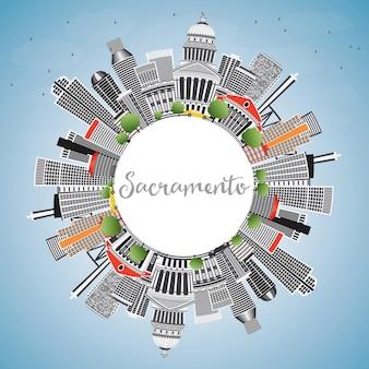 회색 건물, 푸른 하늘 및 복사 공간이 있는 새크라멘토 스카이라인. 벡터 일러스트 레이 션. 현대 건축과 비즈니스 여행 및 관광 개념입니다. 프레젠테이션 배너 현수막 및 웹사이트용 이미지.