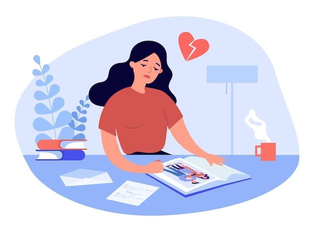 Унылая мультипликационная женщина смотря изображение в фотоальбоме. фото счастливого мужа и жены с детьми плоской векторной иллюстрации. семья, концепция развода для баннера, веб-дизайна или целевой веб-страницы Premium векторы