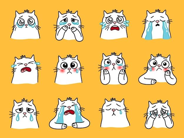 悲しい猫の絵文字。大きな目を持つ漫画の家の動物、愛するペットのかわいい感情、黄色の背景に分離された泣いている猫のベクトル図