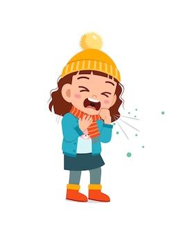 Грустный милый маленький ребенок кашляет и надевает куртку в зимний сезон