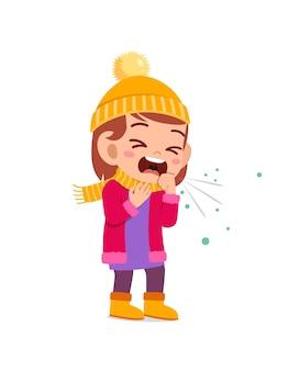 冬の悲しいかわいい小さな子供の咳とジャケットを着る