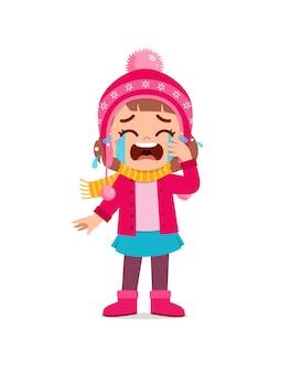 Грустный милый маленький ребенок плачет и носит куртку в зимний сезон