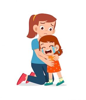 슬픈 어린 아이 소년과 소녀는 부모 엄마와 아빠와 함께 큰 소리로 울고