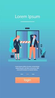 Печальный мужчина и женщина, стоящие перед сломанным лифтом