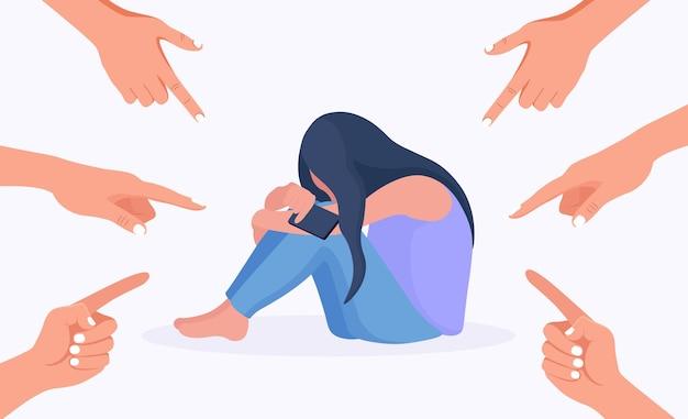 슬프거나 우울한 젊은 여성이 울고 얼굴을 가립니다. 그녀를 가리키는 검지 손가락으로 손으로 둘러싸인 소녀. 왕따, 비난, 공개 비난 및 피해자 비난 개념