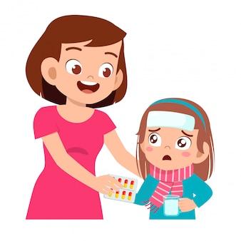 ママから薬を与えられた悲しい病気の子供女の子