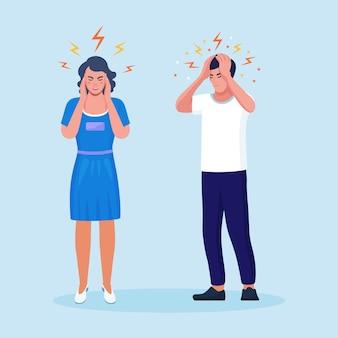 두통이 심한 슬픈 여자와 남자, 피곤하고 지친 사람들이 머리를 손에 들고 있습니다. 편두통, 만성 피로 및 신경 긴장, 우울증, 스트레스 또는 독감 증상