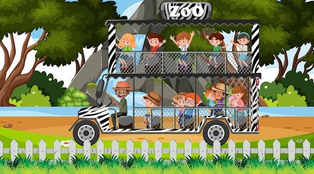 Сафари днем с детьми в туристической машине