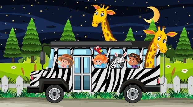 バスで子供や動物と夜のシーンでサファリ