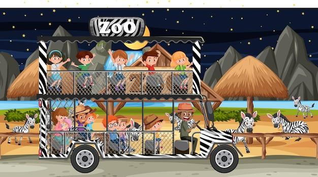 Сафари в ночное время с детьми, наблюдающими за группой зебры