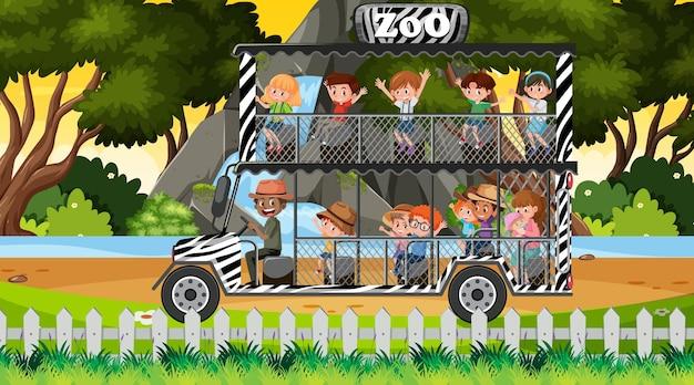 Сафари во время заката с детьми на туристической машине