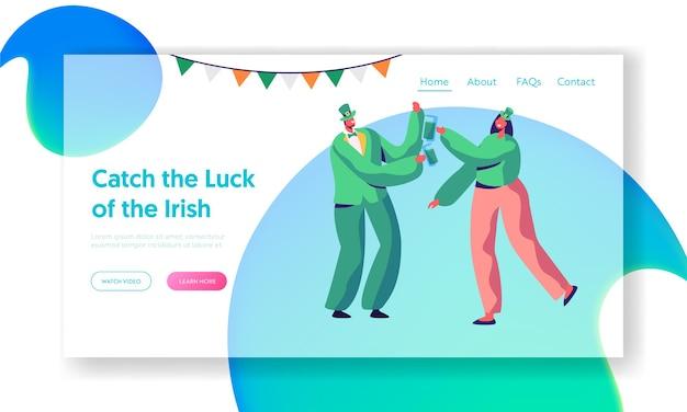 聖パトリックの日うれしそうなアイルランドのパーティーのランディングページ。若いカップルはビールを飲みます。 merry revelerは、ホリデーウェアの伝統的なグリーンコスチュームのwebサイトまたはwebページを祝います。フラット漫画ベクトルイラスト