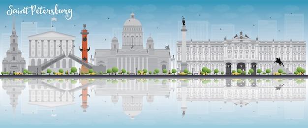 Санкт-петербург, линия горизонта с серыми достопримечательностями, голубое небо и copyspace