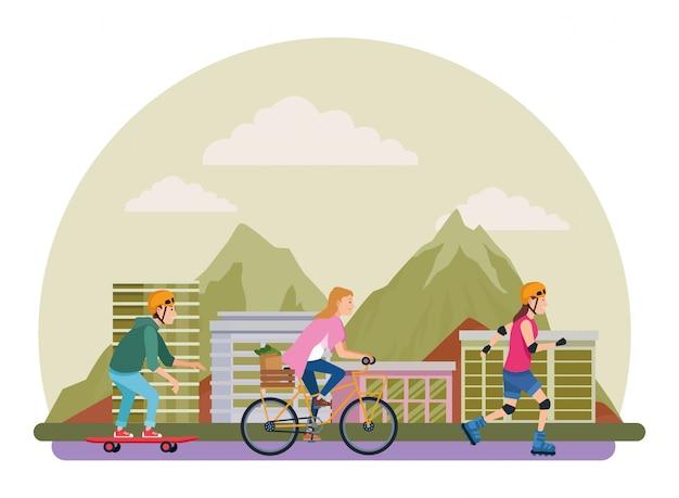 Sakteboard、スケート、自転車の若い人々