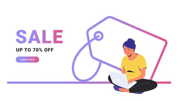 クリエイティブなプロモーションバナーを最大70オフで販売。ノートパソコンとオンラインショッピングで蓮華座に一人で座っているかわいい女性のフラットラインベクトルイラスト。白い背景の上の値札の輪郭を描かれたアイコン