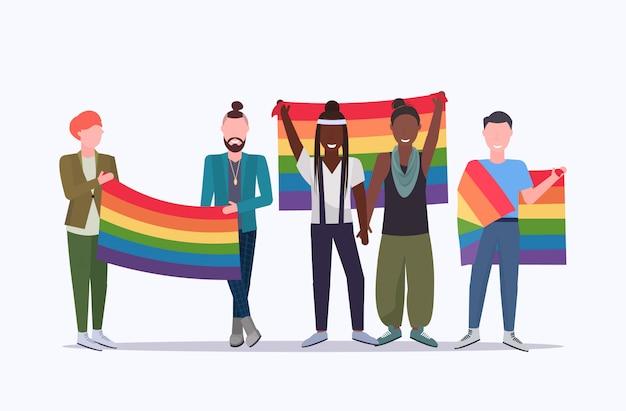 무지개 깃발 혼합 인종 레즈비언 게이 사랑 퍼레이드 Lgbt 프라이드 축제 개념 만화 캐릭터를 함께 들고 전체 길이 평면 가로 들고 동성 커플 프리미엄 벡터