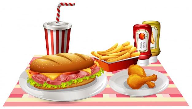 샌드위치와 테이블에 프라이드 치킨