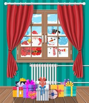 サンタと雪だるまが居間の窓に見えます。ギフトボックス。メリークリスマスシーン