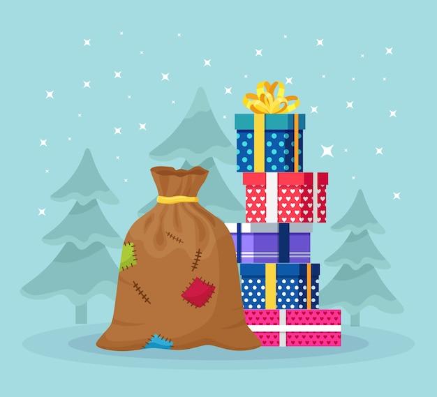 積み重ねたサンタクロースのバッグ、ラッピングギフトボックスの山。プレゼントやスイーツがいっぱいのクリスマスサック。クリスマスセール、新年あけましておめでとうございますのコンセプト