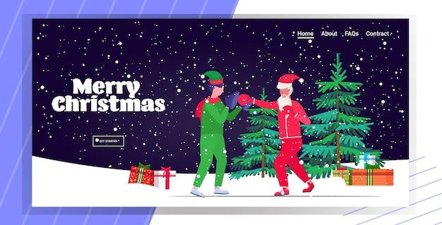 엘프 도우미 운동 건강한 라이프 스타일 크리스마스 휴일 축하 개념 방문 페이지와 권투 연습을 연습 산타 클로스 복서