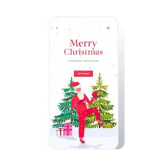 산타 클로스 복서 연습 태국 권투 연습 운동 건강한 라이프 스타일 크리스마스 휴일 축하 개념 스마트 폰 화면 온라인 모바일 앱