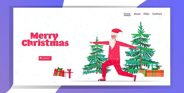 산타 클로스 스쿼트 운동을하고 수염 난 남자 훈련 연습 건강한 라이프 스타일 개념 크리스마스 새해 휴일 축하 강설 방문 페이지