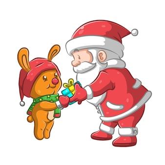 Санта-клаус дарит кролику небольшой подарок
