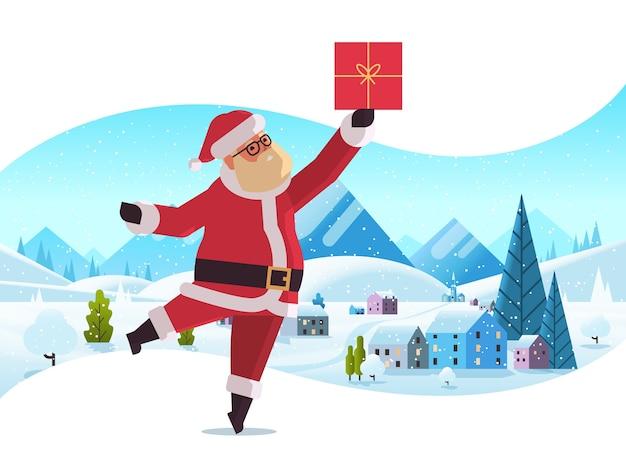 Санта клаус держит подарочную коробку с рождеством концепция праздника зимний снегопад сельский пейзаж поздравительная открытка полная длина горизонтальная векторная иллюстрация