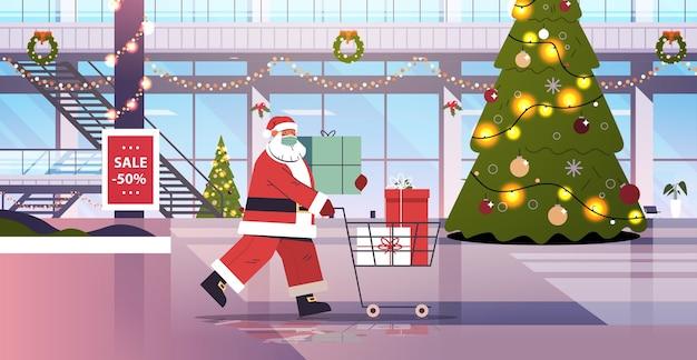 Санта-клаус в маске толкает тележку, полную подарочных коробок, с новым годом, с рождеством, праздниками, концепция празднования, интерьер торгового центра, горизонтальная полная длина, векторная иллюстрация