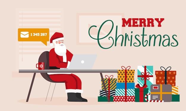 Санта-клаус сидит за столом в своем офисе, заполненном посылками для детей. санта с ноутбуком, проверка электронной почты. с рождеством христовым фон.