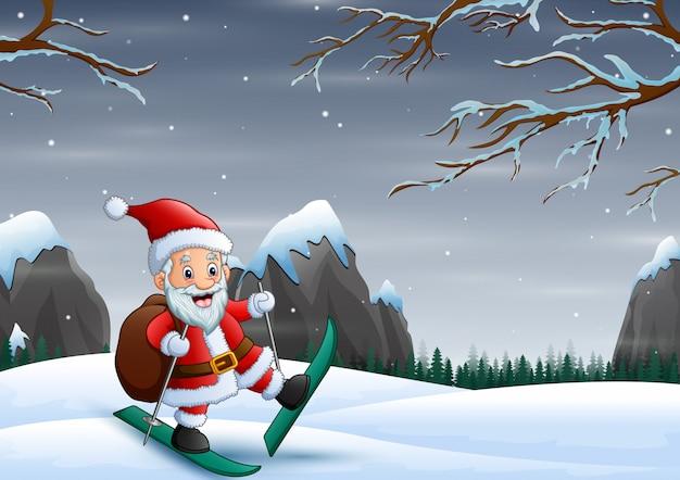 Санта-клаус катается на лыжах по снежной горке со своей сумкой