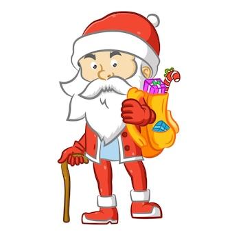Санта-клаус с палкой держит желтый мешок с подарком