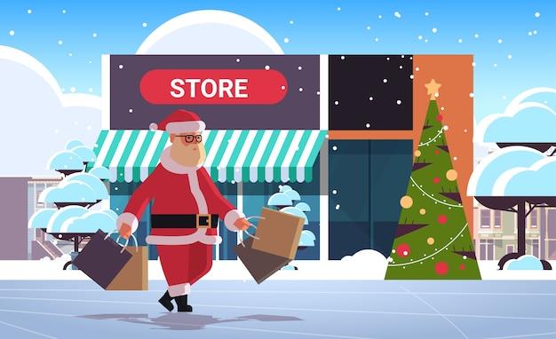 ショッピングバッグと一緒に屋外を歩くサンタクロースクリスマスセール季節割引コンセプトメリークリスマス冬の休日のお祝いモダンな店の外観フラット全長水平ベクトルil