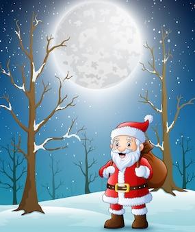 Дед мороз гуляет с сумкой с подарками через зимний лес