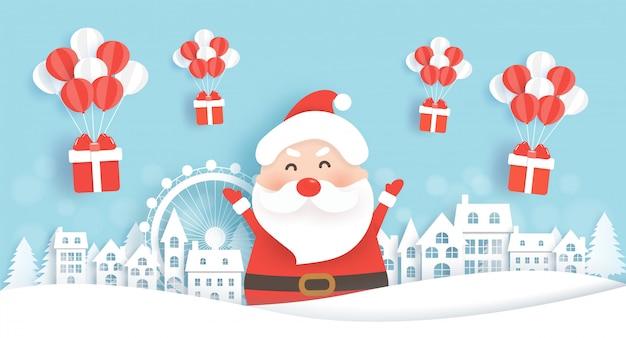 Санта в снежной деревне с подарочными коробками на рождество