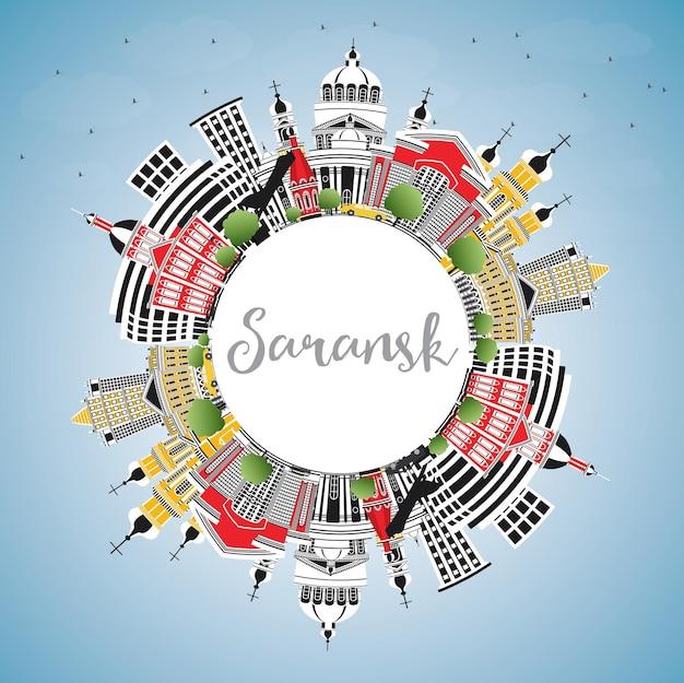색상 건물, 푸른 하늘 및 복사 공간이 있는 사란스크 러시아 도시 스카이라인. 벡터 일러스트 레이 션. 현대 건축과 비즈니스 여행 및 관광 개념입니다. 랜드마크가 있는 사란스크 도시 풍경.