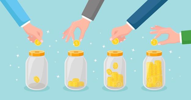 Экономьте деньги в стеклянной банке. рука бросить золотые монеты в копилку. накопительные вклады. инвестиции на пенсию. богатство, концепция дохода. наличные деньги падают в бутылку
