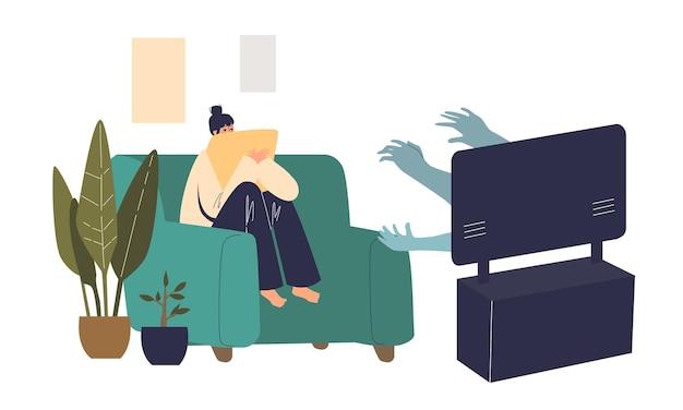 コーチに座って一人で家でホラー映画を見ている怖い女性