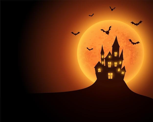 Castello infestato spaventoso con luna gialla e pipistrelli volanti