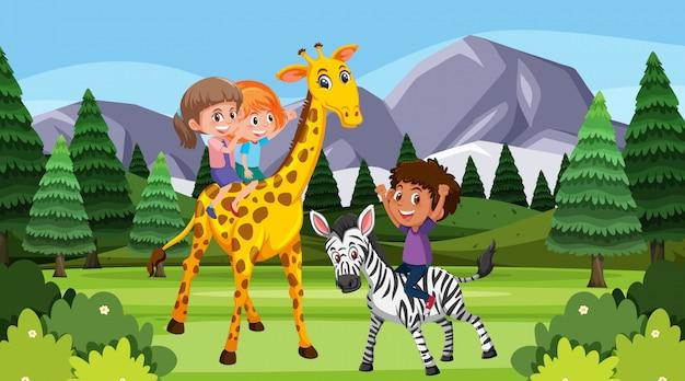 아이들이 공원에서 동물들과 놀고있는 장면