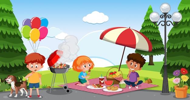 Сцена со счастливыми детьми, едящими в парке