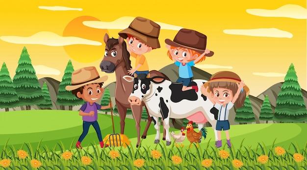 Сцена со счастливыми детьми с лошадью и коровой в парке
