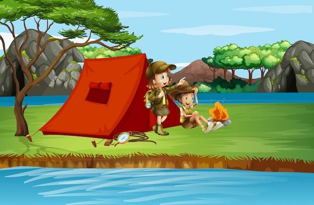 Сцена с детьми, кемпинг на берегу реки