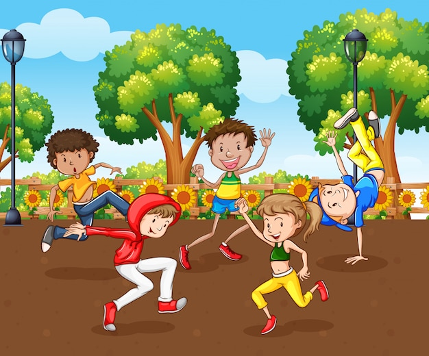 많은 아이들이 공원에서 춤을 추는 장면