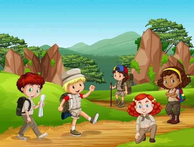 Сцена с большим количеством детей в парке