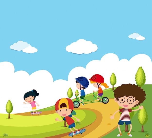 Сцена со многими детьми, играющими в парке