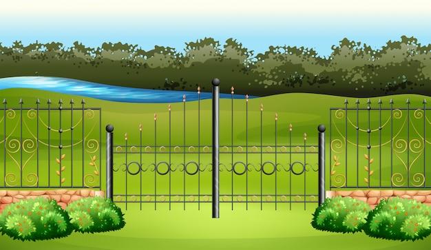 Сцена с металлическим забором в саду